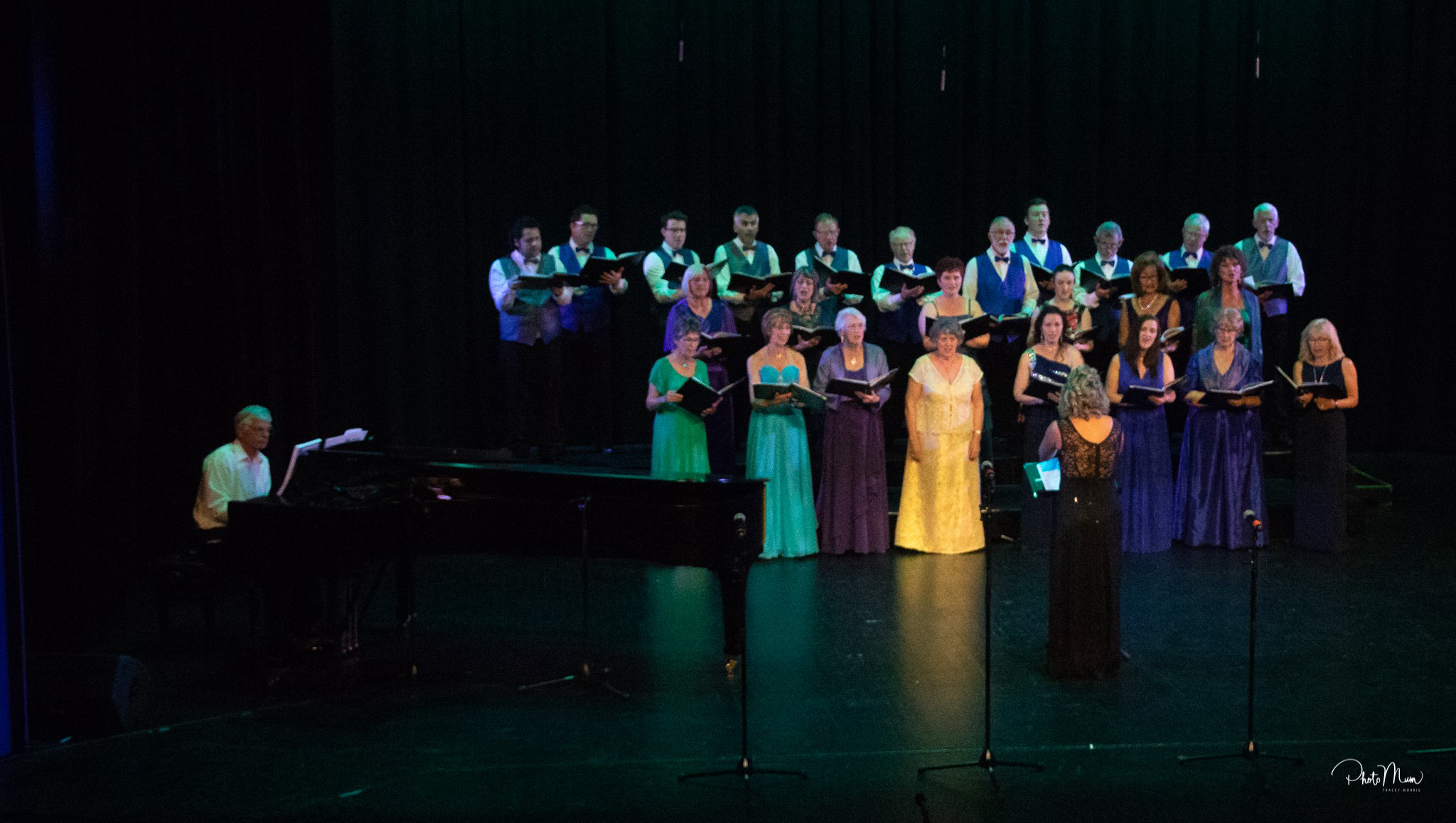 https://www.operanorth.co.nz/uploads/images/news/Choir singing colour.jpg